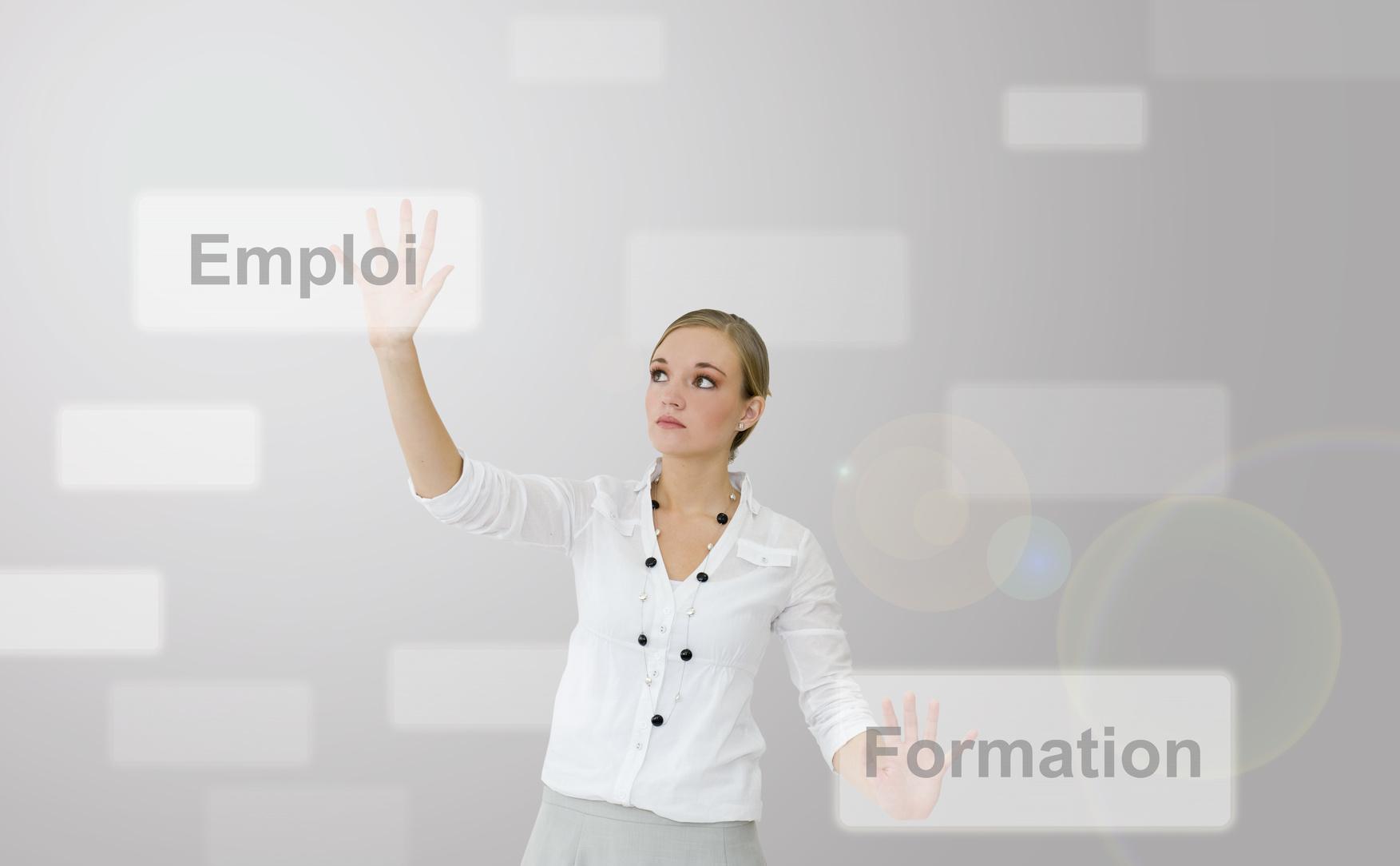 Jeune femme hésitant entre emploi et formation