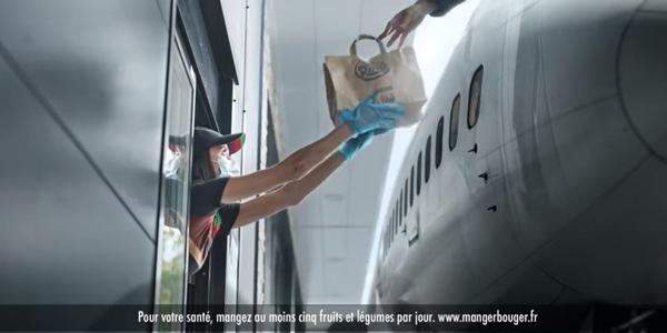 Burger King joue la carte de l'humour pour dédramatiser la situation sanitaire dans ses campagnes.
